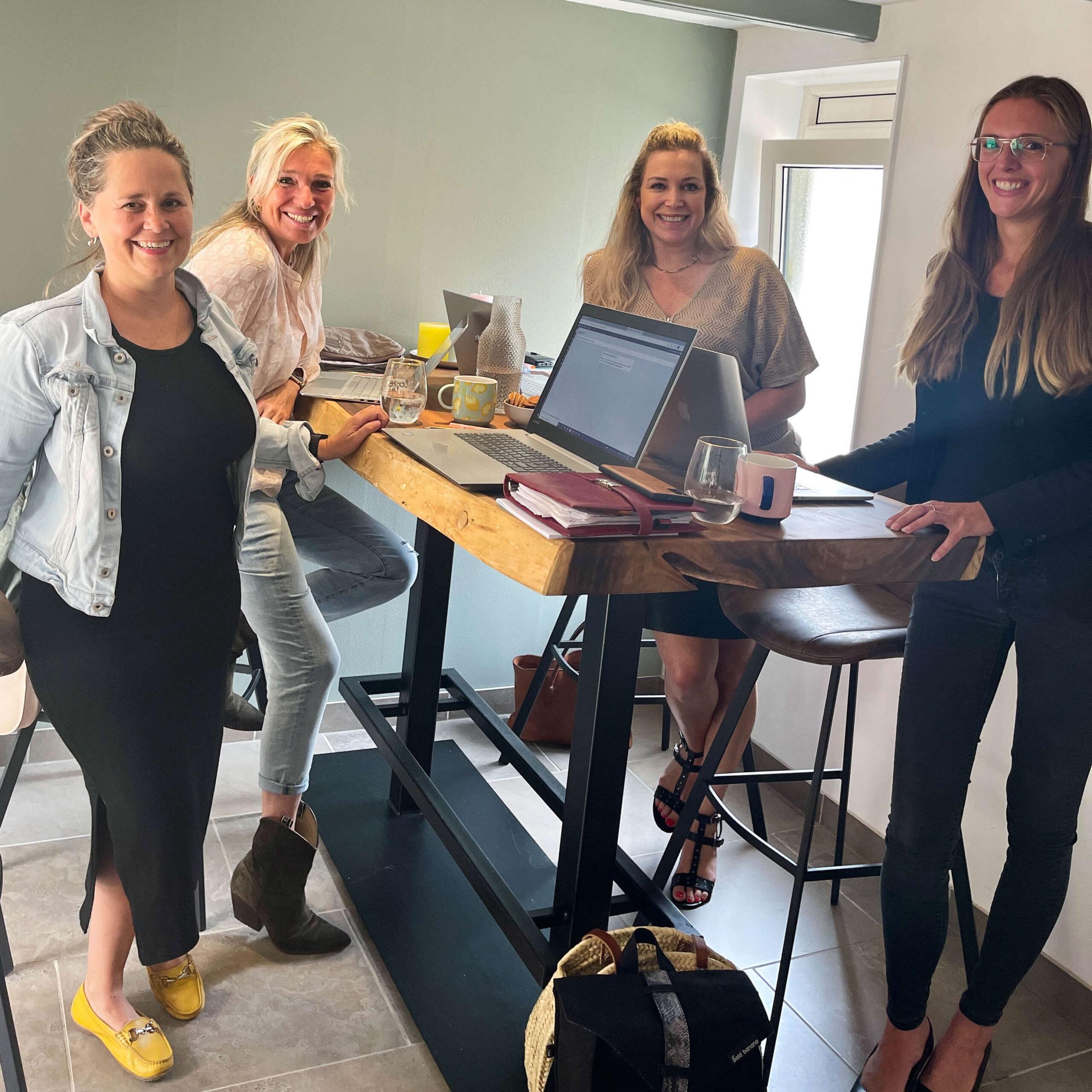Samenwerkingsdag 4 dames aan bartafel